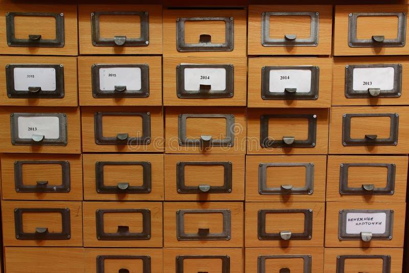 Catálogo de cartão em uma biblioteca foto de stock