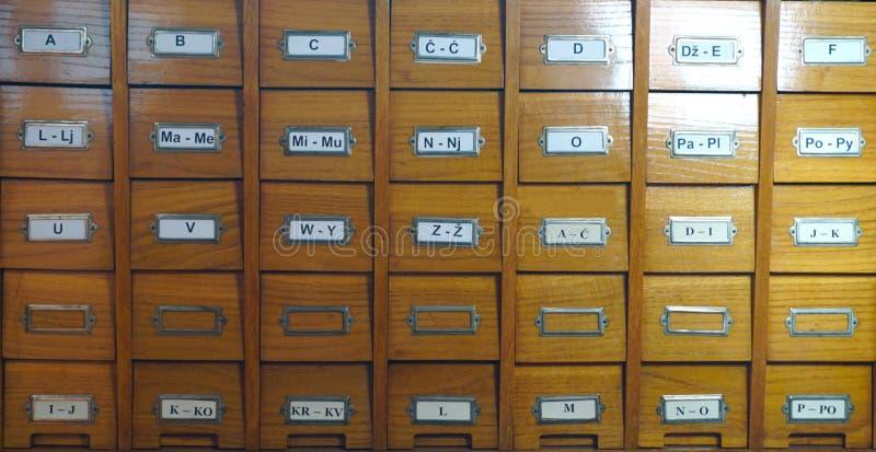 Catálogo na biblioteca Catálogo de madeira na biblioteca, com letras na caixa, vista dianteira fotografia de stock