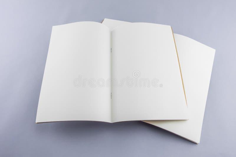 Catálogo vazio, compartimento, molde do livro com sombras macias pronto fotos de stock