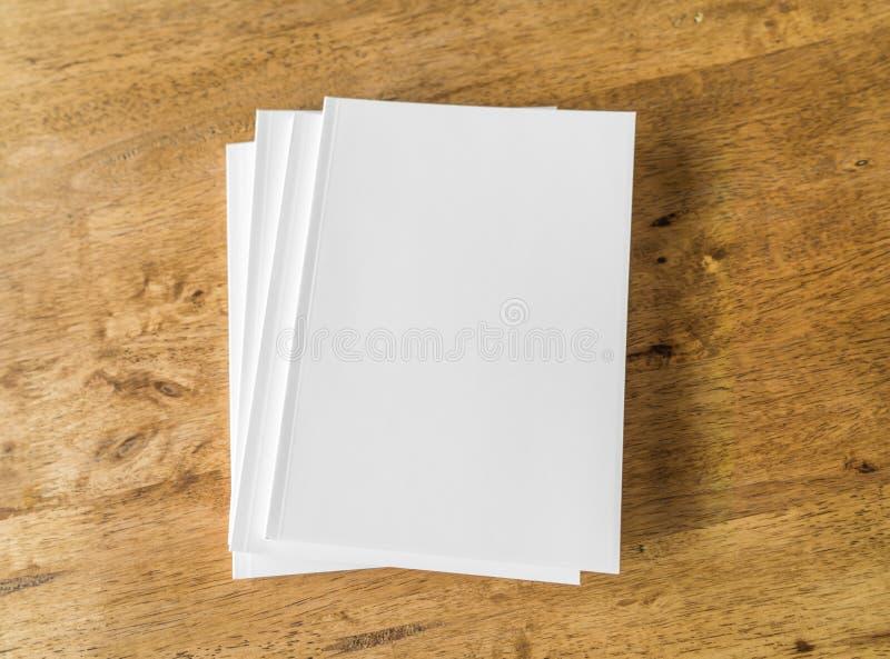 Catálogo vazio, compartimentos, zombaria do livro acima no fundo de madeira fotos de stock