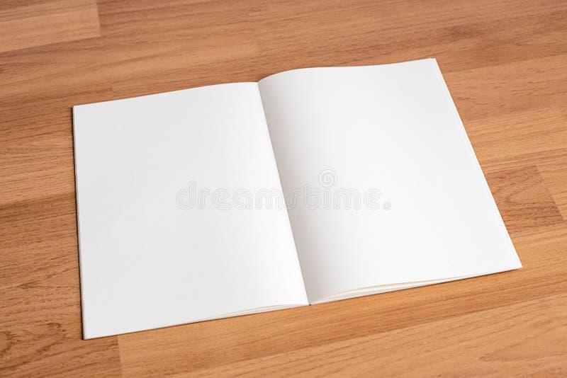 Catálogo y libro en blanco, revistas, mofa del libro para arriba en el backgrou de madera ilustración del vector