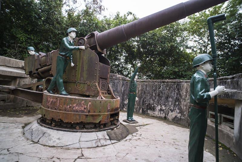 Cat Ba Island, Lan Ha Bay, Vietnam 09 01 2018: annon Fort-Artilleriegewehr 138 Millimeter-Soldaten Die Gewehrposten Zweiter Weltk stockfotografie