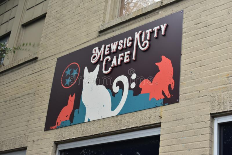 Cat Cafes på löneförhöjningen - Mewsic Kitty Cafe royaltyfria bilder