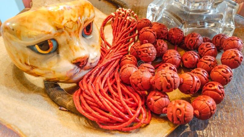 Cat Statue med den orange prydde med pärlor halsbandet royaltyfria foton