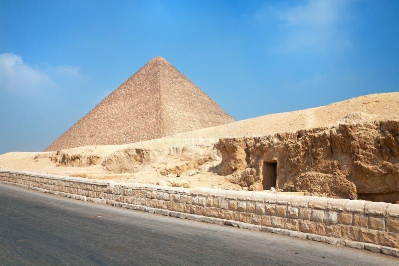 Catacumba e pirâmide da opinião de Gyza fotografia de stock