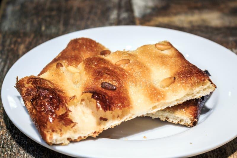 Catalaans gebakje met pijnboomnoten stock foto