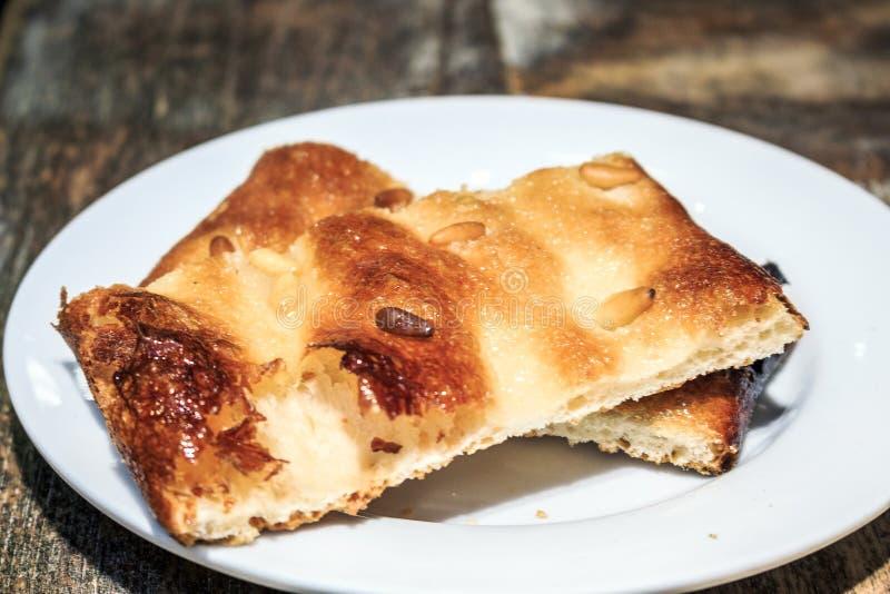 Catalaans gebakje met pijnboomnoten royalty-vrije stock fotografie