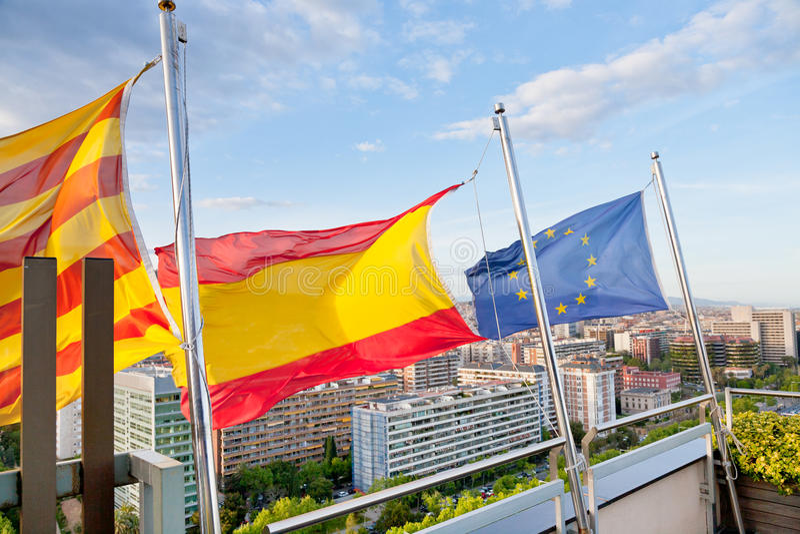 Catalaans, Spaans, de vlaggen van de EU onder Barcelona royalty-vrije stock foto's
