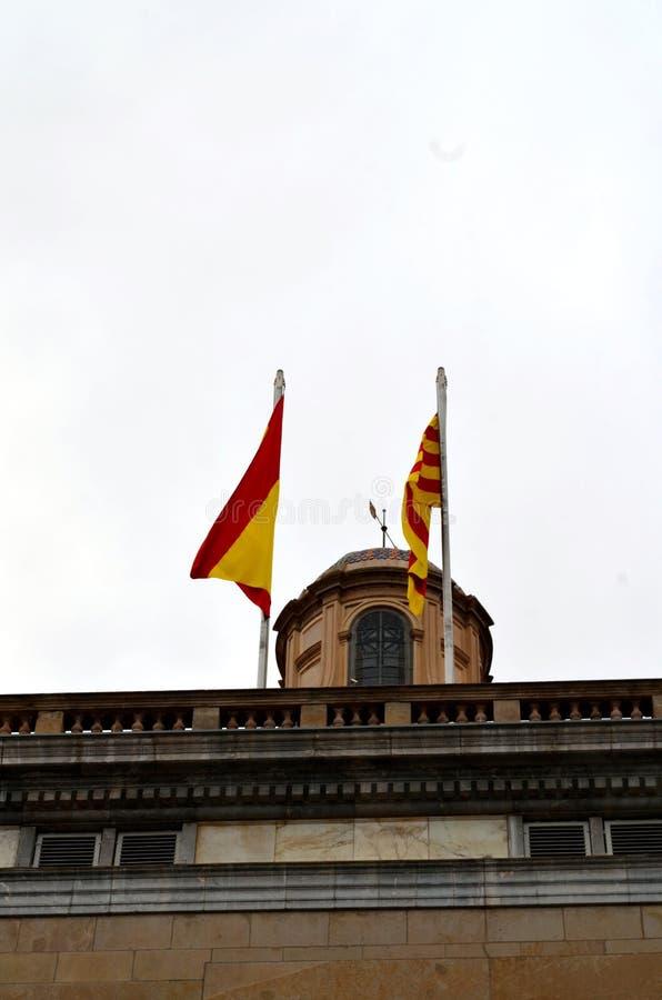 Catalaanse en Spaanse vlaggen stock afbeelding