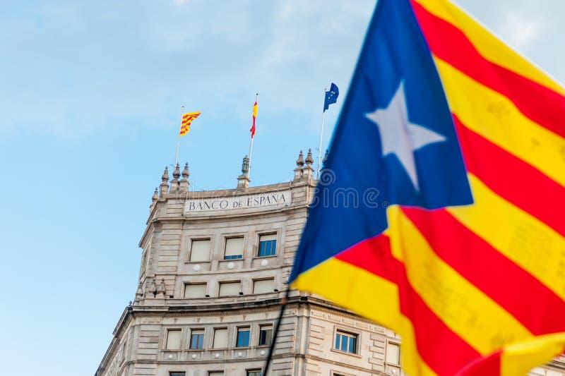 Catalaanse vlag die voor bank van de bouw van Spanje in de stadscentrum van Barcelona tijdens indepence maart in oktober golven stock afbeeldingen