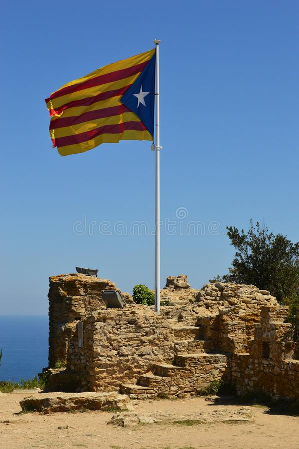 Catalan flagga Begur royaltyfri foto