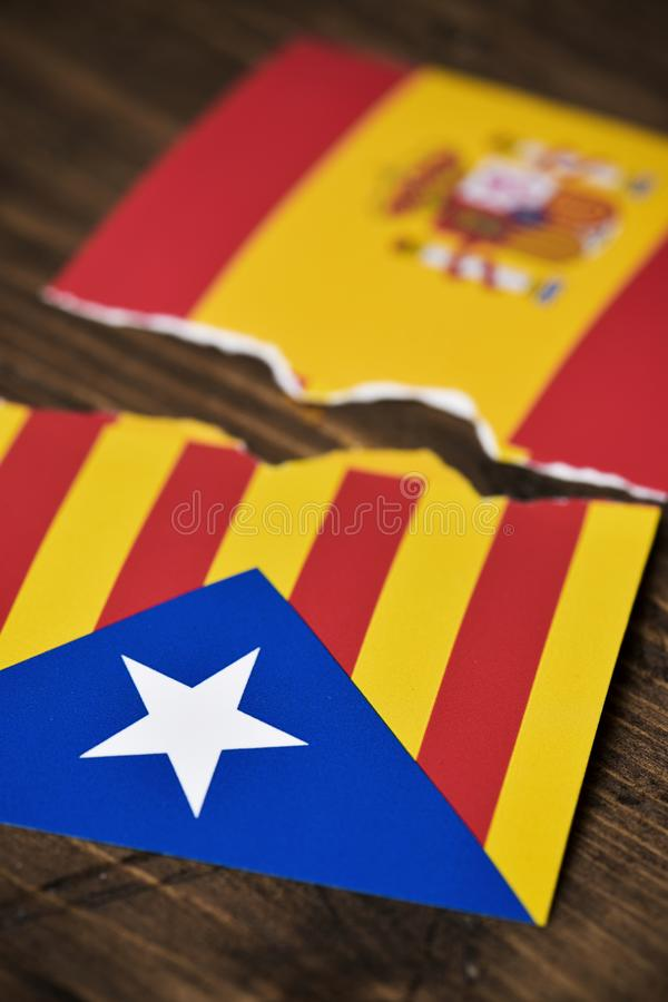 Catalan pro--självständighet flagga och spanjorflagga royaltyfri fotografi