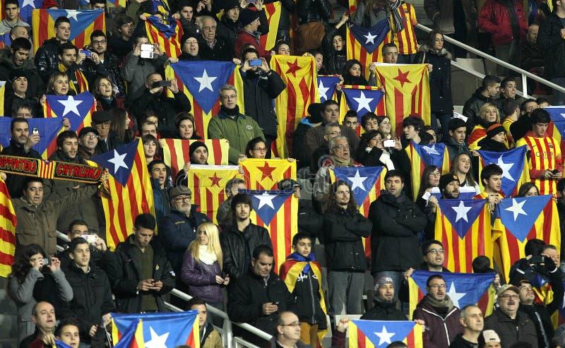 Catalan supportrar med independentistflaggor royaltyfria foton