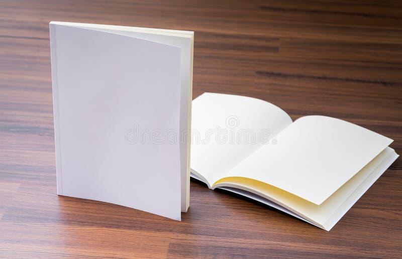 Catalogo in bianco, riviste, derisione del libro su immagini stock libere da diritti