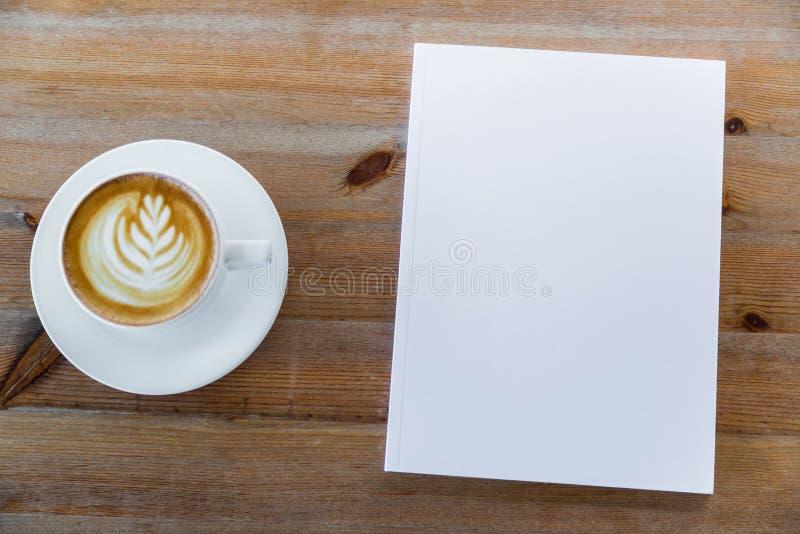 Catalogo in bianco, riviste, derisione del libro su su fondo di legno fotografia stock