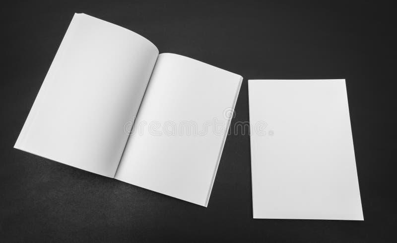 Catalogo in bianco, riviste, derisione del libro su su fondo nero immagine stock