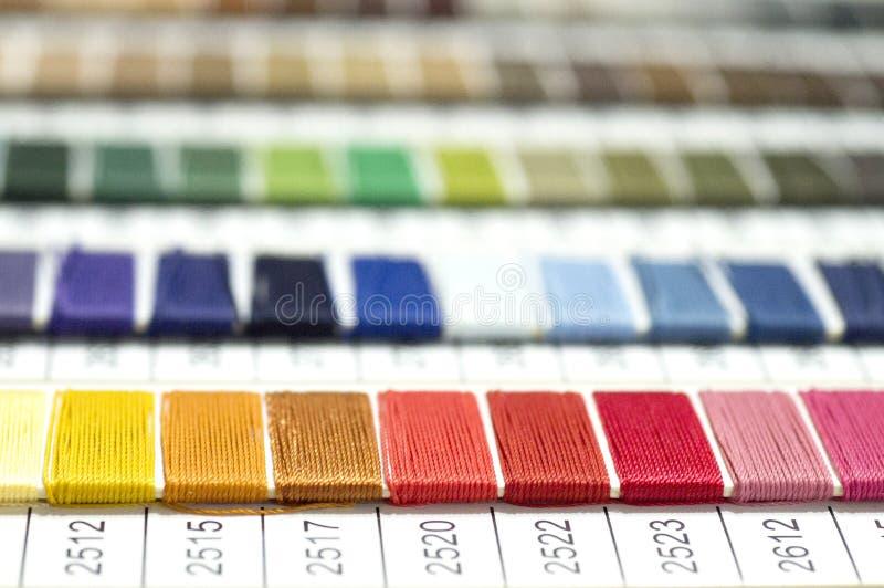Catalogo dei fili Fili multicolori della mobilia Fondo di industria tessile con vago Macro, concetto di progettazione fotografie stock libere da diritti
