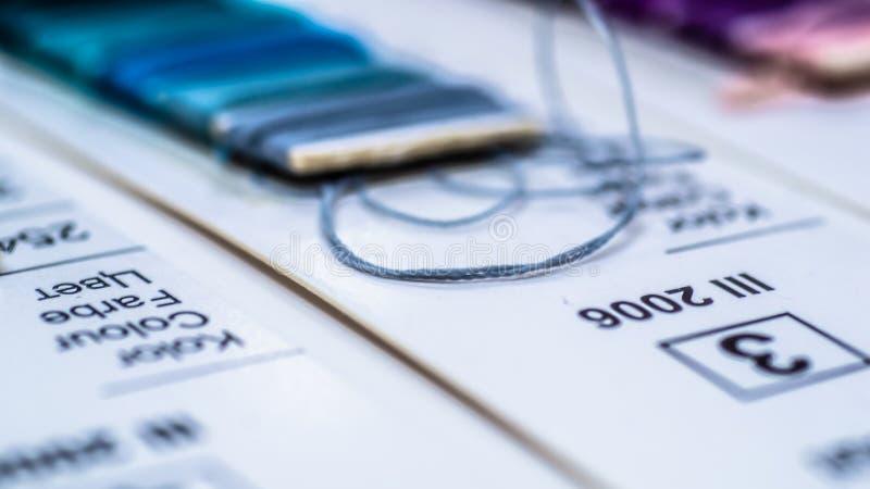 Catalogo dei fili Fili multicolori della mobilia Fondo di industria tessile con vago Macro, concetto di progettazione produzione immagini stock libere da diritti