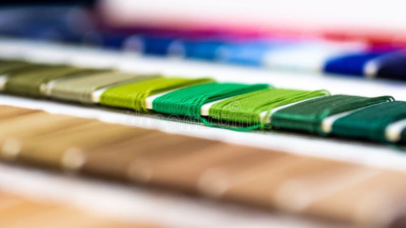 Catalogo dei fili Fili multicolori della mobilia Fondo di industria tessile con vago Macro, concetto di progettazione produzione immagini stock