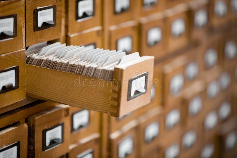 Catalogo di carta di riferimento dell'archivio o delle biblioteche Base di dati, concetto della base di conoscenza fotografia stock