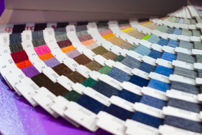 Catalogo a forma di ventaglio dei fili colorati immagine stock