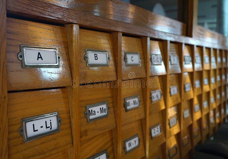 Catalogue de bibliothèque Vieille vue de côté en bois de catalogue de bibliothèque image libre de droits