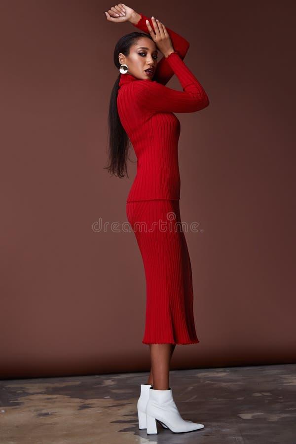 Catalogue modèle de studio de belle de visage de femme de cheveux de brune de corps de forme de soins de la peau d'usage de mode  image libre de droits