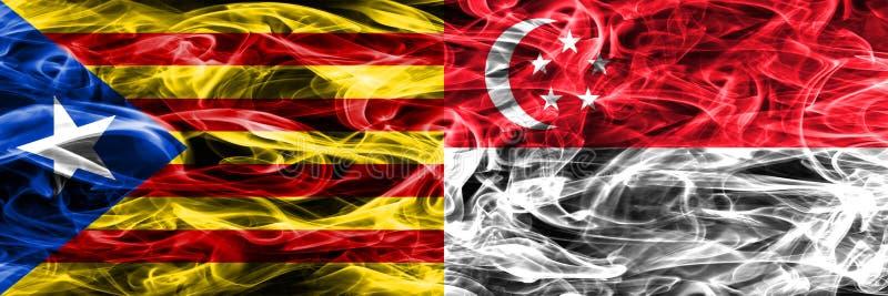 Catalonia contra as bandeiras do fumo da cópia de Singapura colocadas de lado a lado As bandeiras de seda densamente coloridas do ilustração royalty free