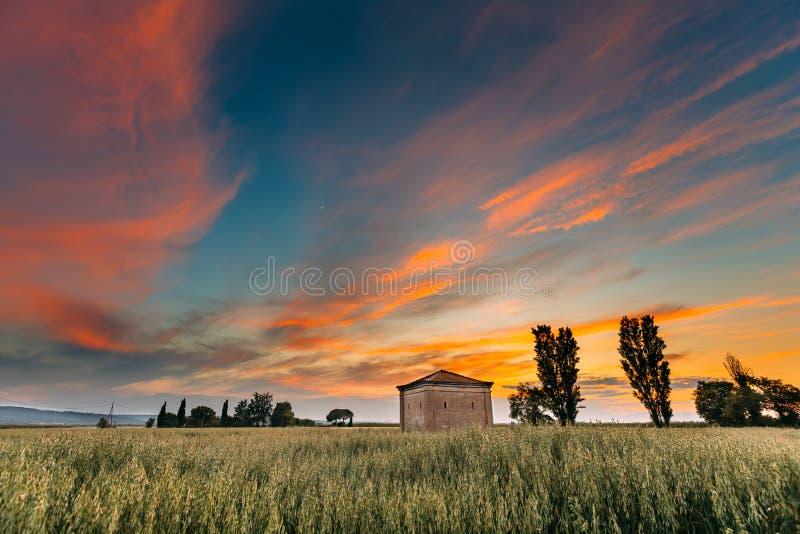 Catalonia, Espanha Céu do por do sol da mola acima da paisagem rural do campo de trigo do campo espanhol foto de stock