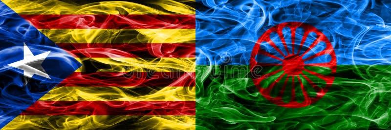 Catalonia vs zigenarekopieringsrök sjunker den förlade sidan - förbi - sidan Tjockt färgade silkeslena rökflaggor av Catalan och  arkivfoto