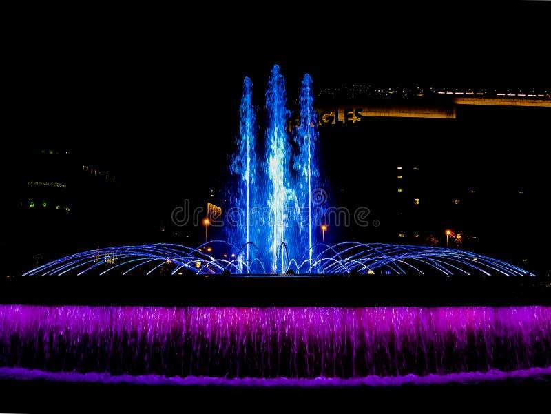 Catalunya ajusta - Barcelona, España - la fuente de agua en la noche fotografía de archivo libre de regalías