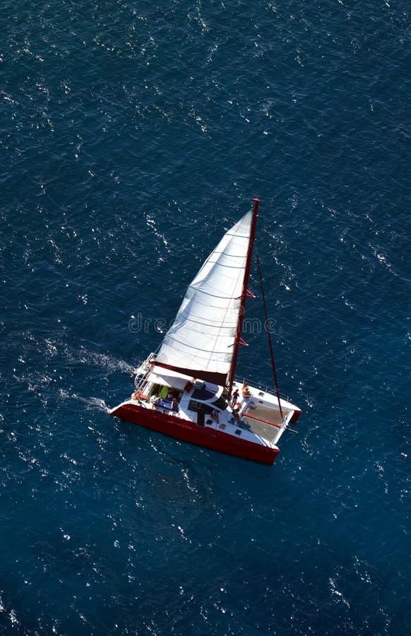 Catamarán de la visión aérea imagenes de archivo