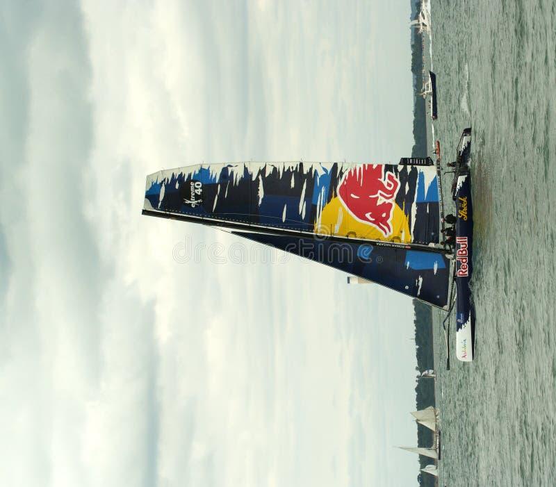 Catamarán de Red Bull en la semana 3 de los cowes imagenes de archivo