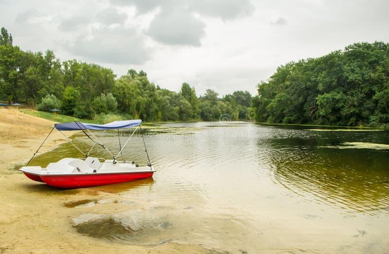 Catamarán en el banco del lago imagenes de archivo