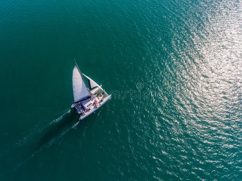 Catamarán que navega la antena fotos de archivo