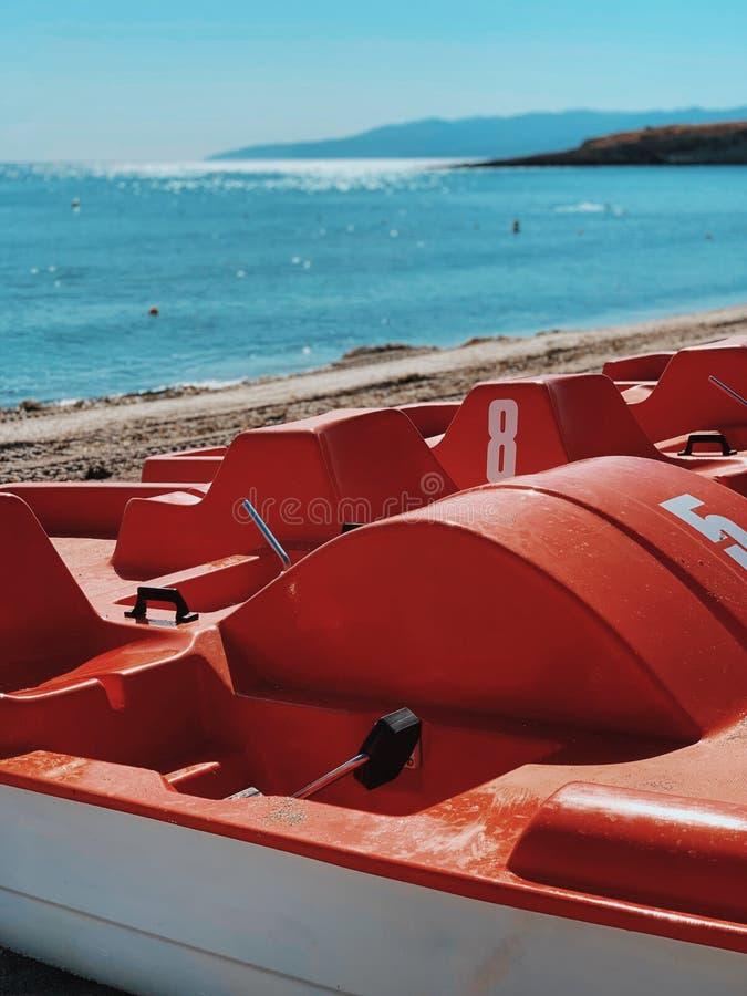 Catamarán rojo en transporte de mar de la costa de mar fotos de archivo