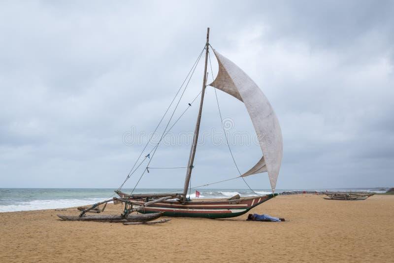 Catamarán tradicional en la playa en Negombo, Sri Lanka imágenes de archivo libres de regalías