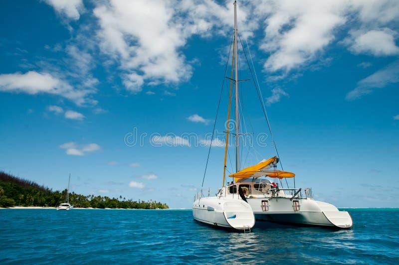 Catamarã da navigação na ancoragem tropical fotos de stock royalty free