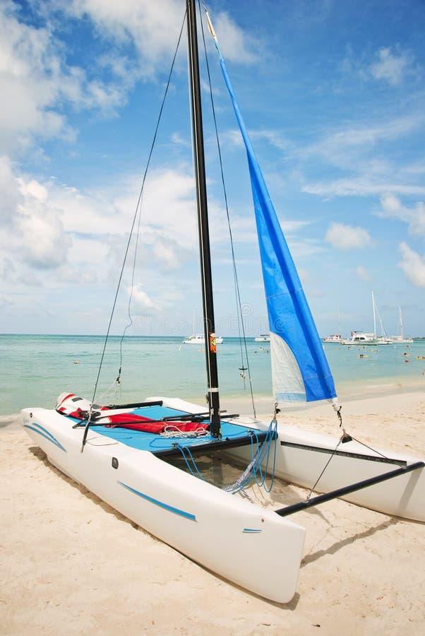 Catamarã de Hobie na praia imagens de stock