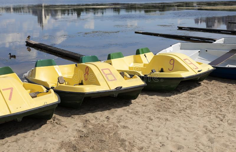 Catamarã do prazer no rio fotografia de stock