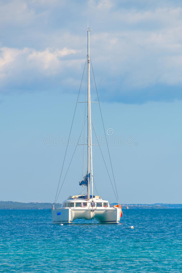 Catamarã luxuoso da navigação no mar aberto foto de stock