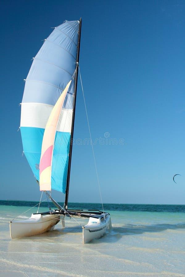 Catamarã na praia fotos de stock