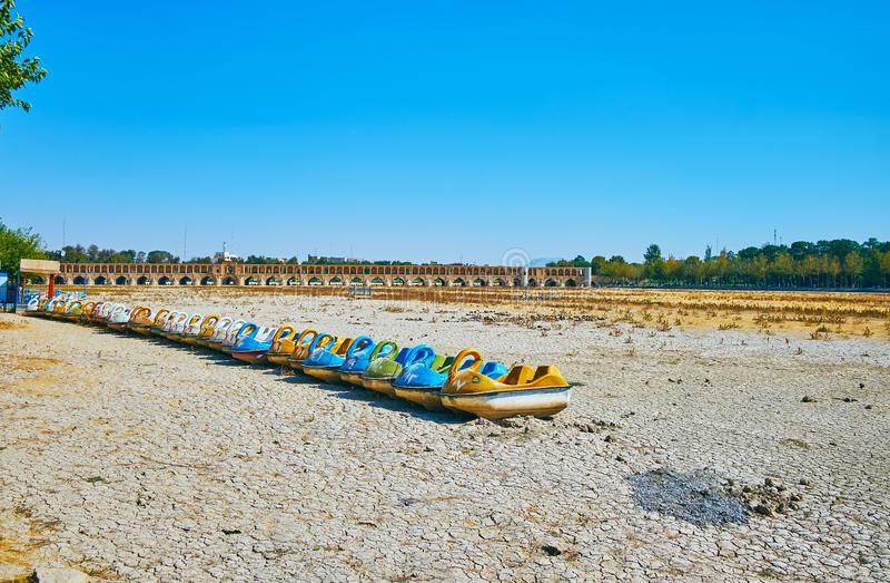 Catamarãs da cisne no rio de Zayandeh, Isfahan, Irã fotos de stock royalty free