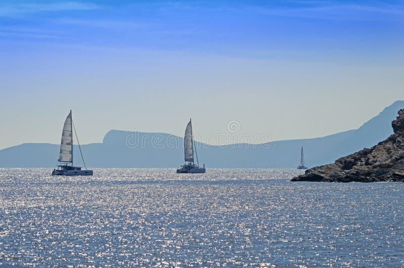 Catamarãs rochosos da costa e da navigação, Mar Egeu imagens de stock