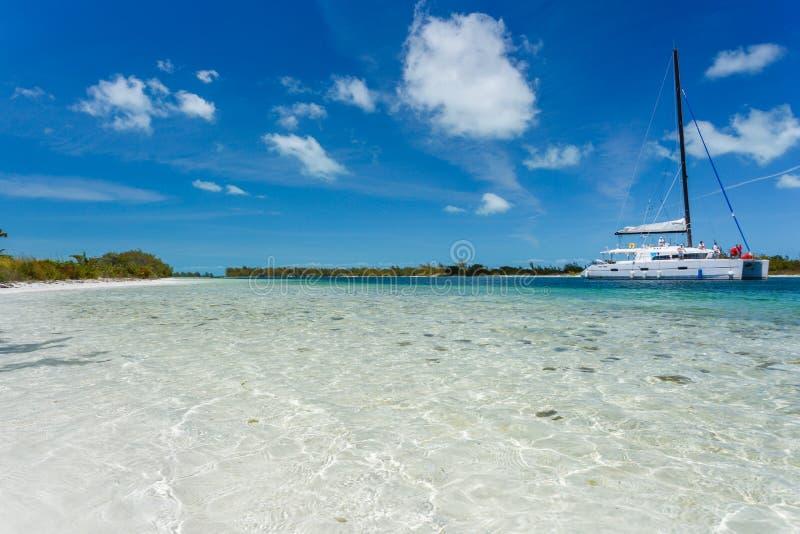 Catamaran à la plage photos stock