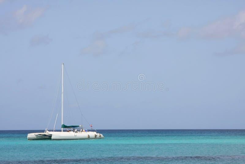 Catamaran in Caraïbische overzees stock foto