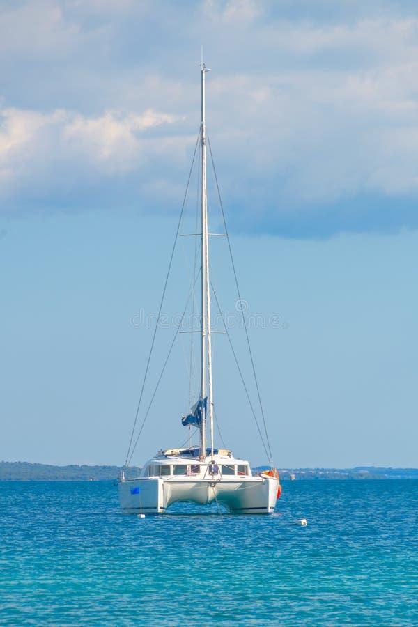 Catamaran de luxe de navigation en mer ouverte photo stock