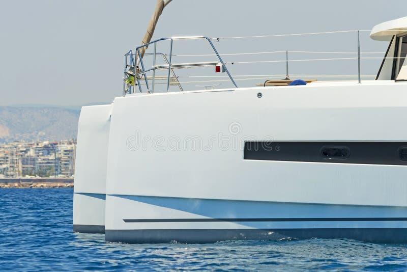 Catamaran de navigation photographie stock libre de droits