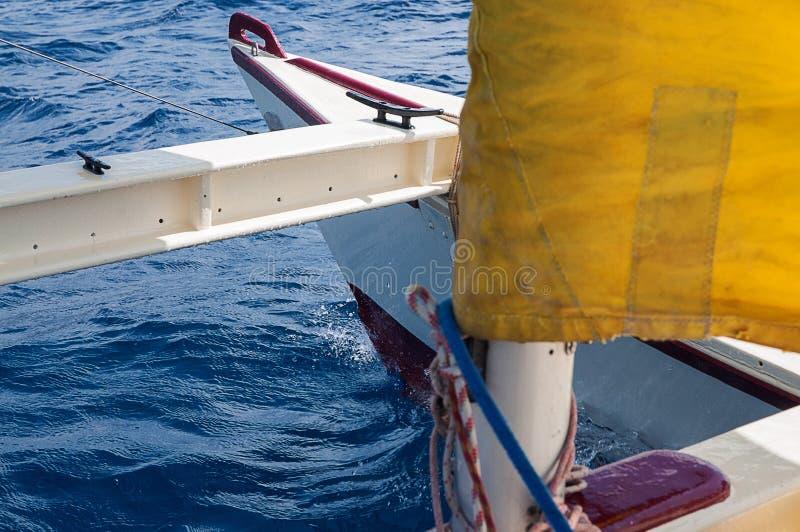 Catamaran de navigation avec les voiles jaunes dans Ibiza Espagne photographie stock libre de droits