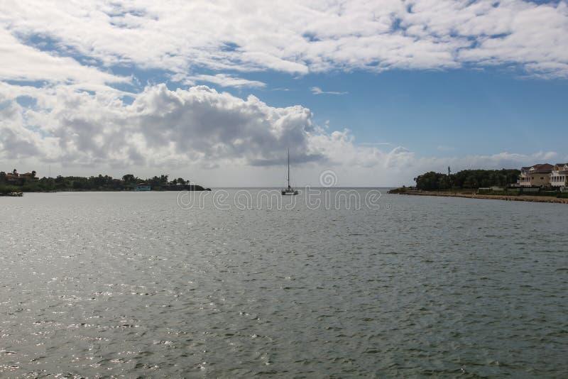 Catamaran die het overzees van de rivier in de Dominicaanse Republiek overzien royalty-vrije stock foto's